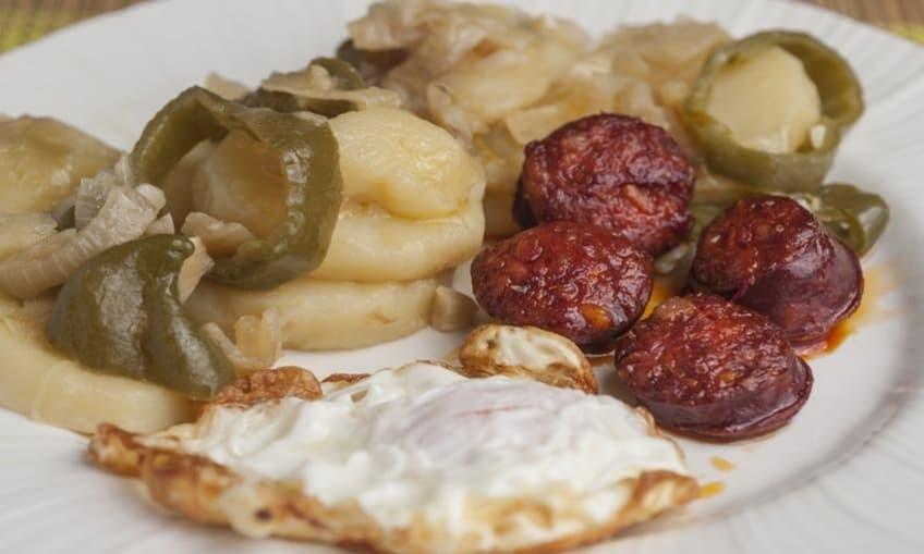 Huevos fritos con chorizo