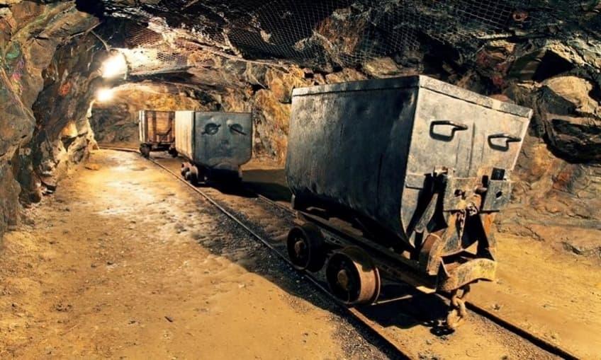Carros en una mina