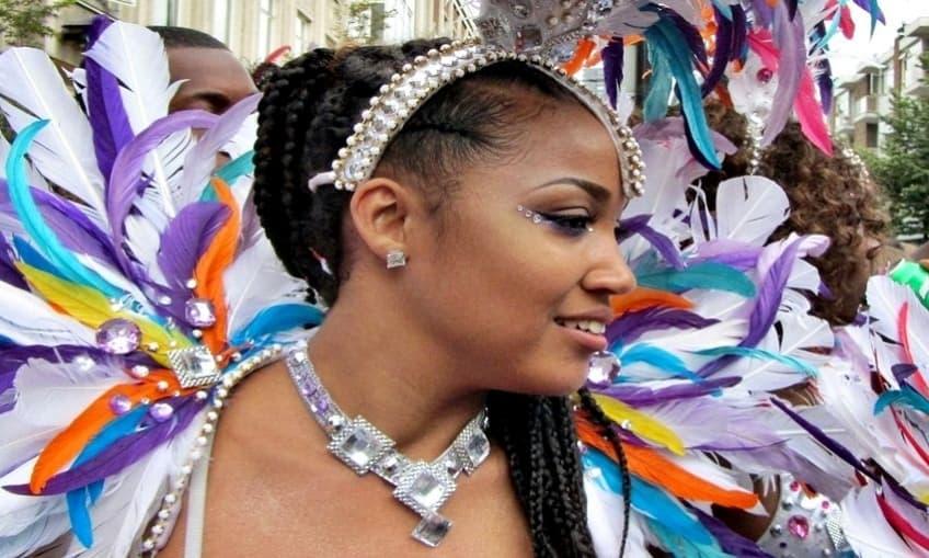 Mujer celebrando el carnaval